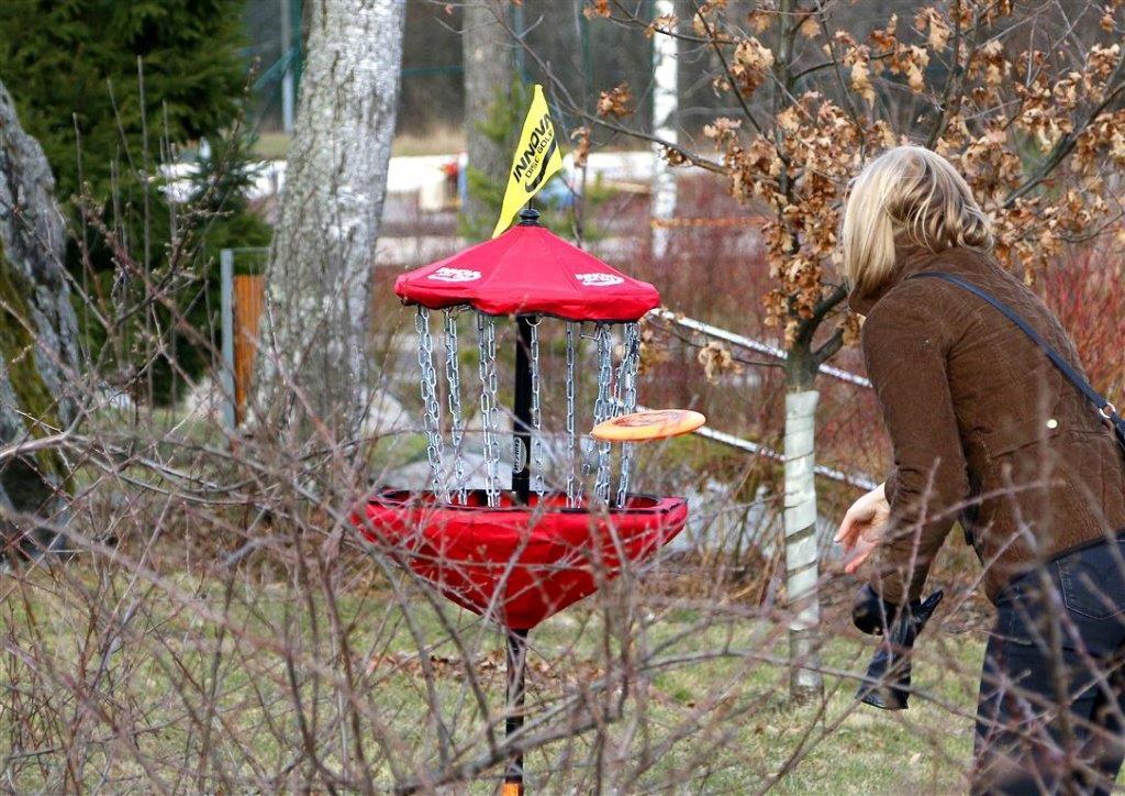 Frisbee golfia Helsingin puistoissa